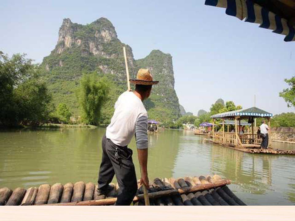 Paseo en barca de bambú en Guilin Guilin es una ciudad de mas de 600.000 habitantes situada en la orilla oeste del rio Lijiang en una zona de montañas
