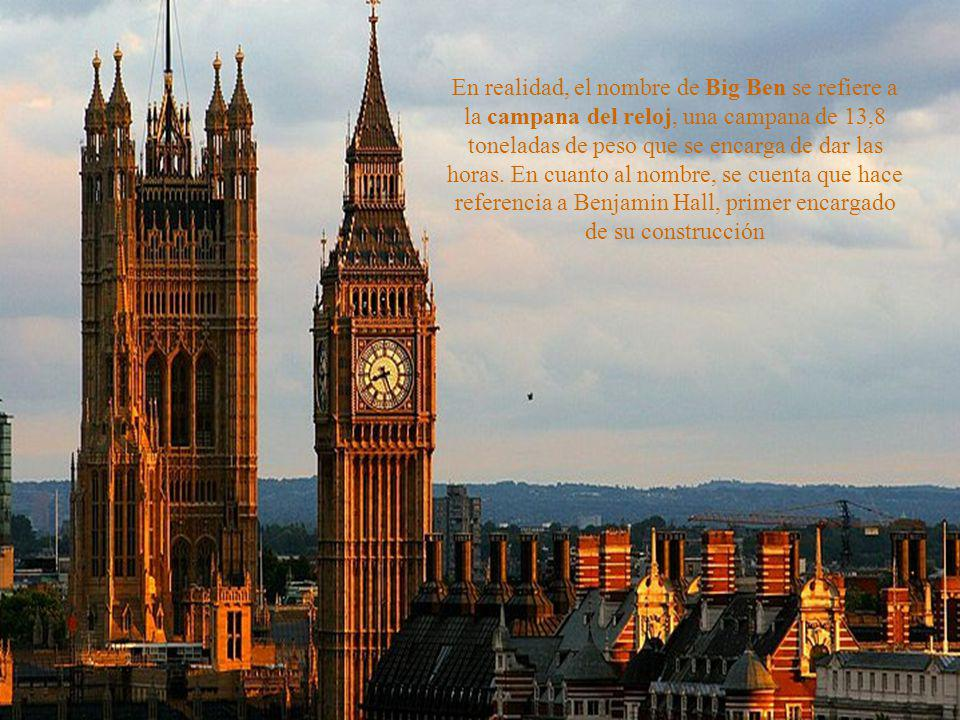 La mencionada torre del reloj se encuentra en un extremo del palacio y alberga también una campana que se escucha por kilómetros a las redonda y que s