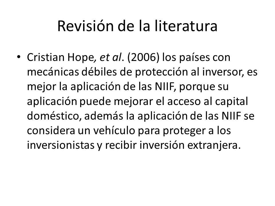 Revisión de la literatura Cristian Hope, et al. (2006) los países con mecánicas débiles de protección al inversor, es mejor la aplicación de las NIIF,