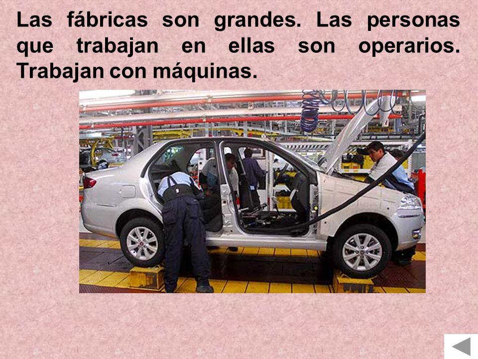 Las fábricas son grandes. Las personas que trabajan en ellas son operarios. Trabajan con máquinas.