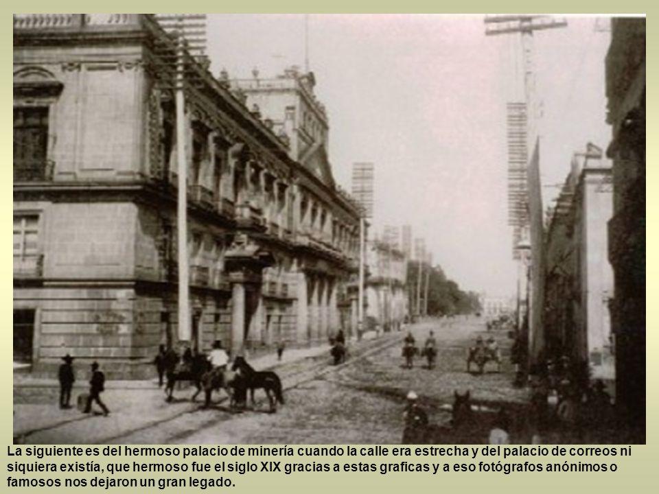 Seguimos dentro del siglo XIX, esta postal de la antigua casa de los azulejos en todo su esplendor también la casa de los perros en la plaza Guardiola