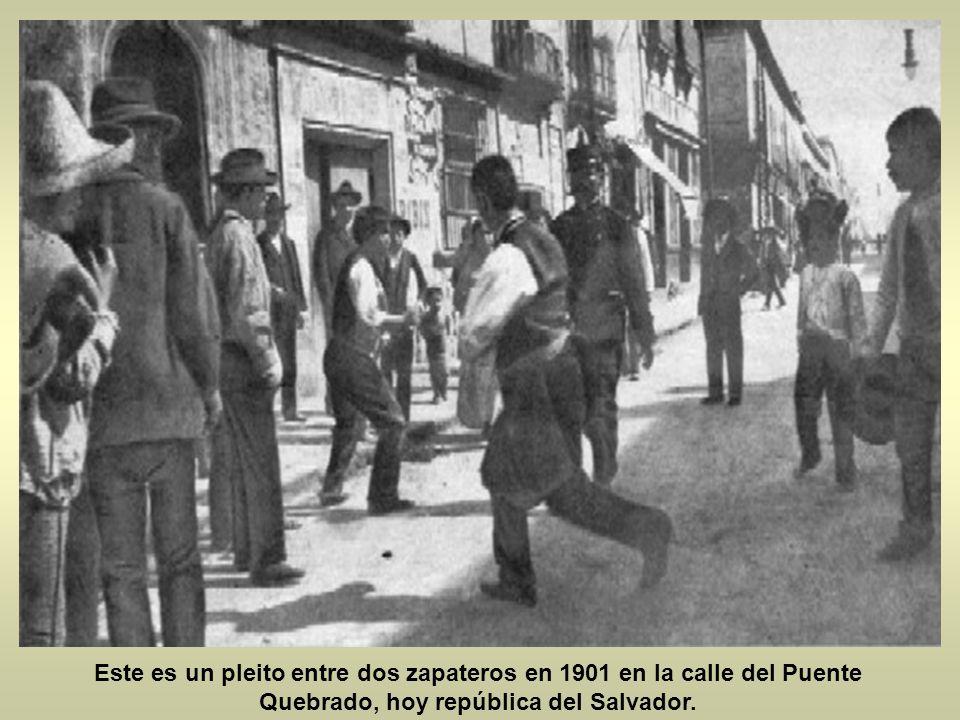 La siguiente es de la avenida Juárez vista desde madero hacia reforma que curioso antes de que hubiera tantos autos antes había trafico de carruajes y