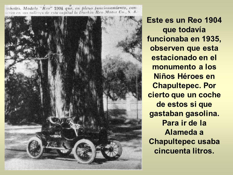 Se muestra un automóvil White, DE VAPOR que llego en 1905. En esa época los coches de vapor eran casi tan eficientes como los de gasolina. pero fue en