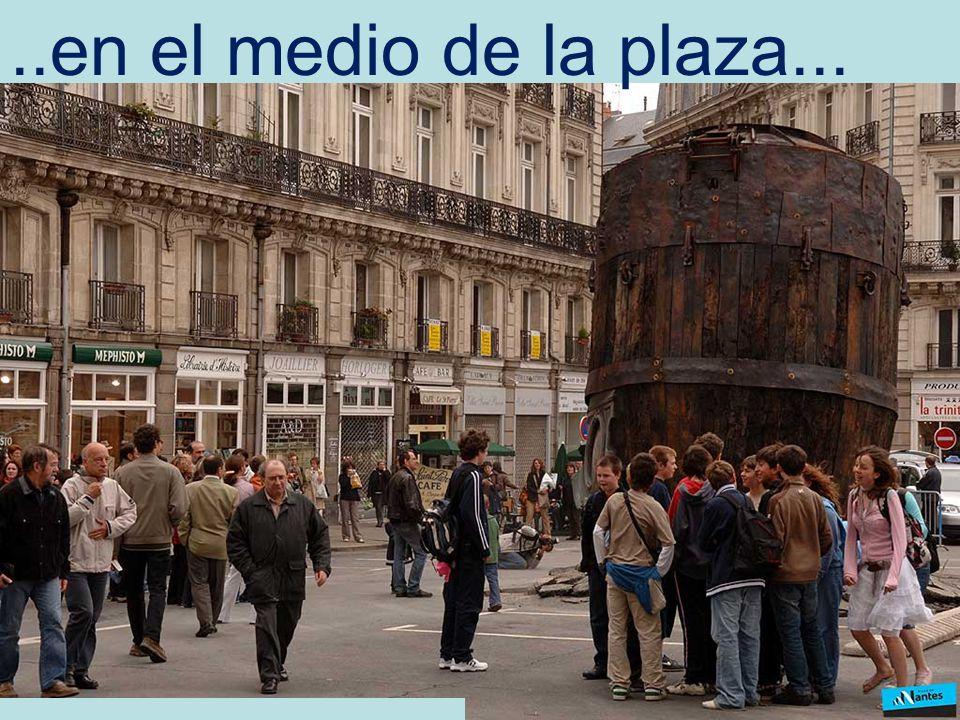 ..en el medio de la plaza...