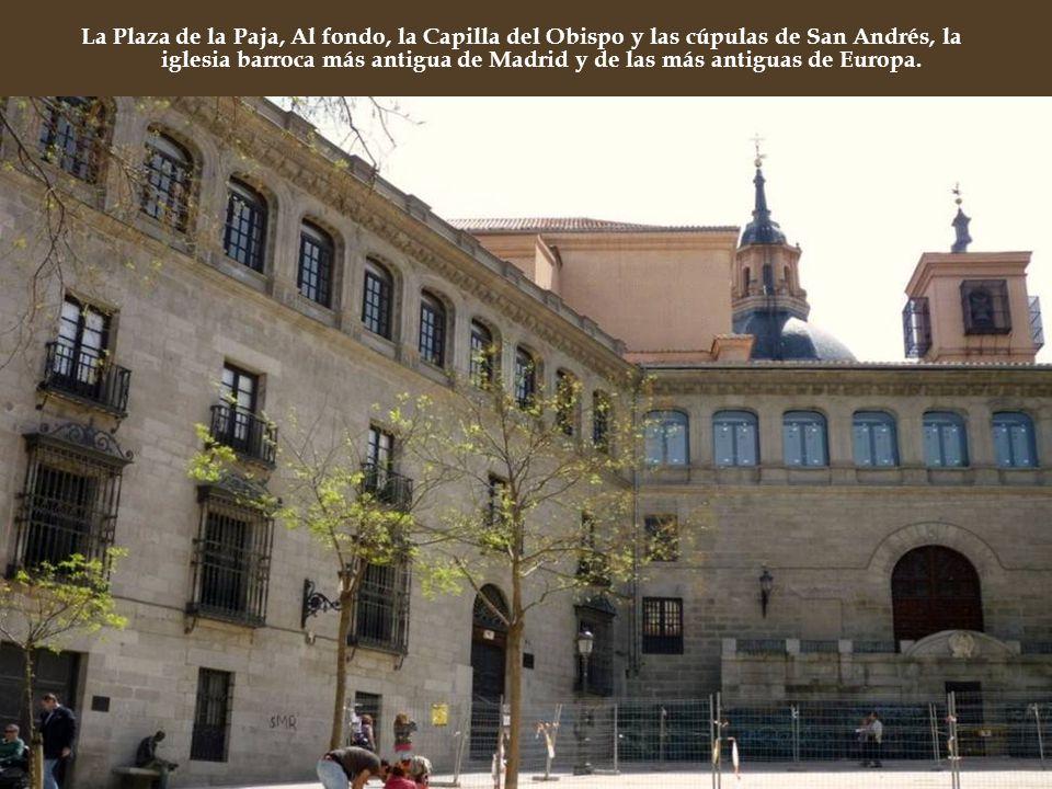 Al llegar a la Plaza de la Paja, se recuerda al visitante que en el pasado, la que hoy conocemos como Plaza Mayor era en realidad una plazuela en los