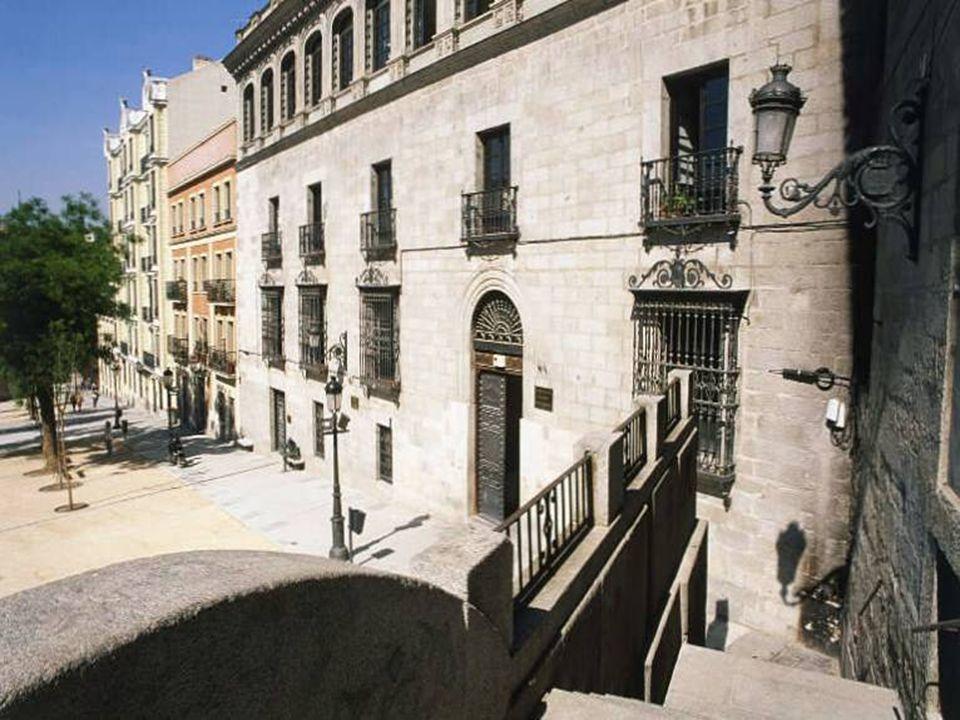 La Plaza de la Paja, Al fondo, la Capilla del Obispo y las cúpulas de San Andrés, la iglesia barroca más antigua de Madrid y de las más antiguas de Eu