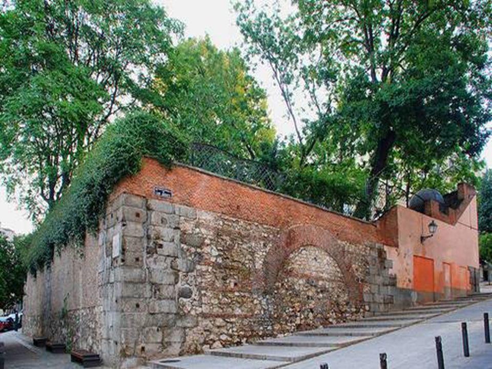 PALACIO DEL PRÍNCIPE DE ANGLONA Precisamente en esos bajos acogieron en su día los túneles secretos que comunicaban con el Palacio Real.