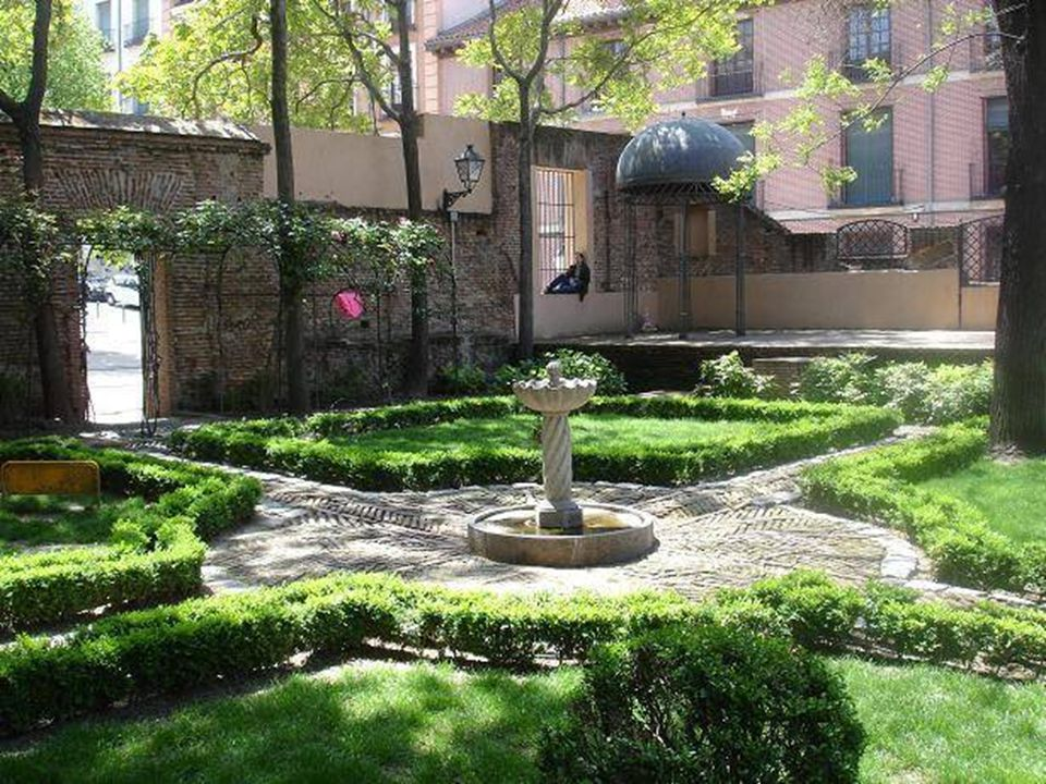 El jardín del Príncipe Anglona, junto a la casa-palacio del mismo nombre, estuvo cerrado al público hasta hace pocos años. Ahora es un lugar tranquilo