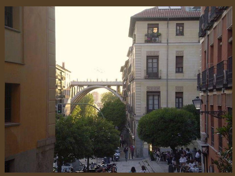 La Fuente de Diana Cazadora, También es conocida como Fuente de la Cruz Verde, por el nombre de la plaza donde está ubicada, formada por un ensanche d