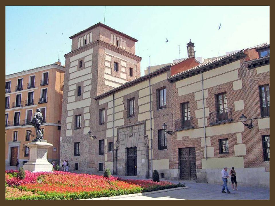 En el antiguo Palacio de Cañete ahora edificio que ocupa el Patronato de Turismo. Cuentan que el espíritu del marqués asesinado se paseó por los pasil