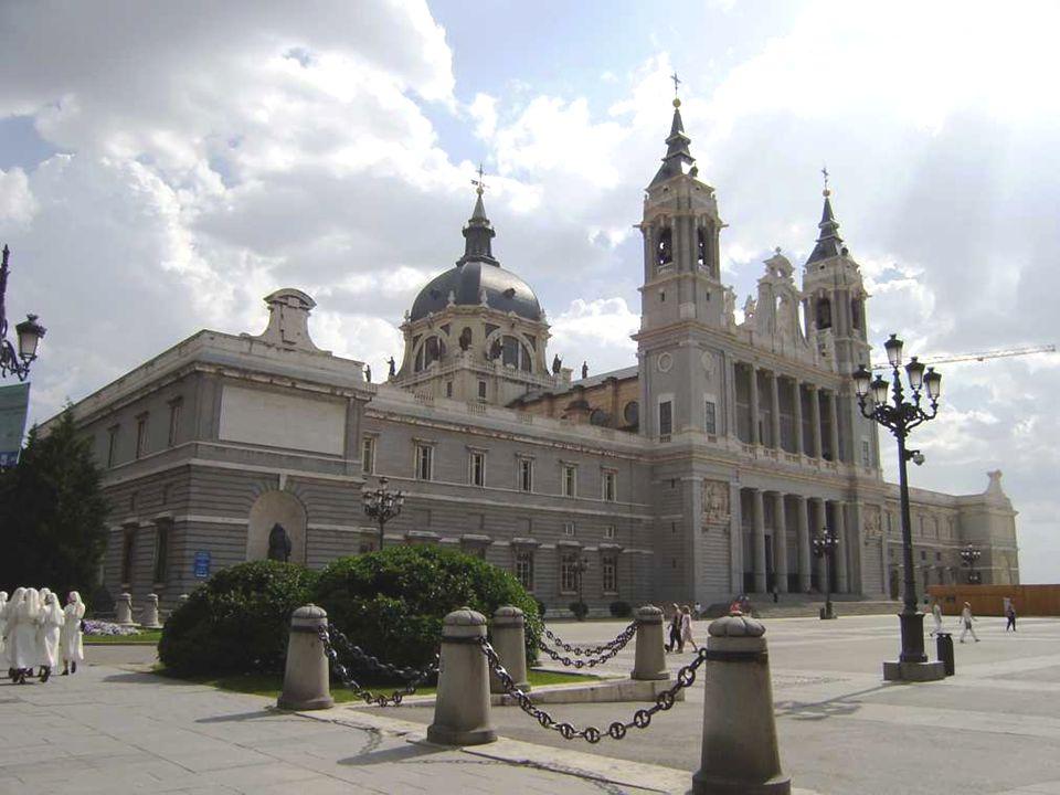 Al estar tan cerca del Palacio Real, Campo del Moro, y todos los edificios y zonas que la acompañan, tambien dicen que pasan cosas extrañas y luces, p