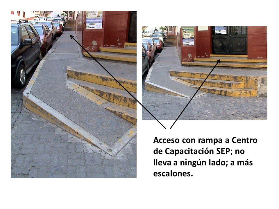 Acceso con rampa a Centro de Capacitación SEP; no lleva a ningún lado; a más escalones.