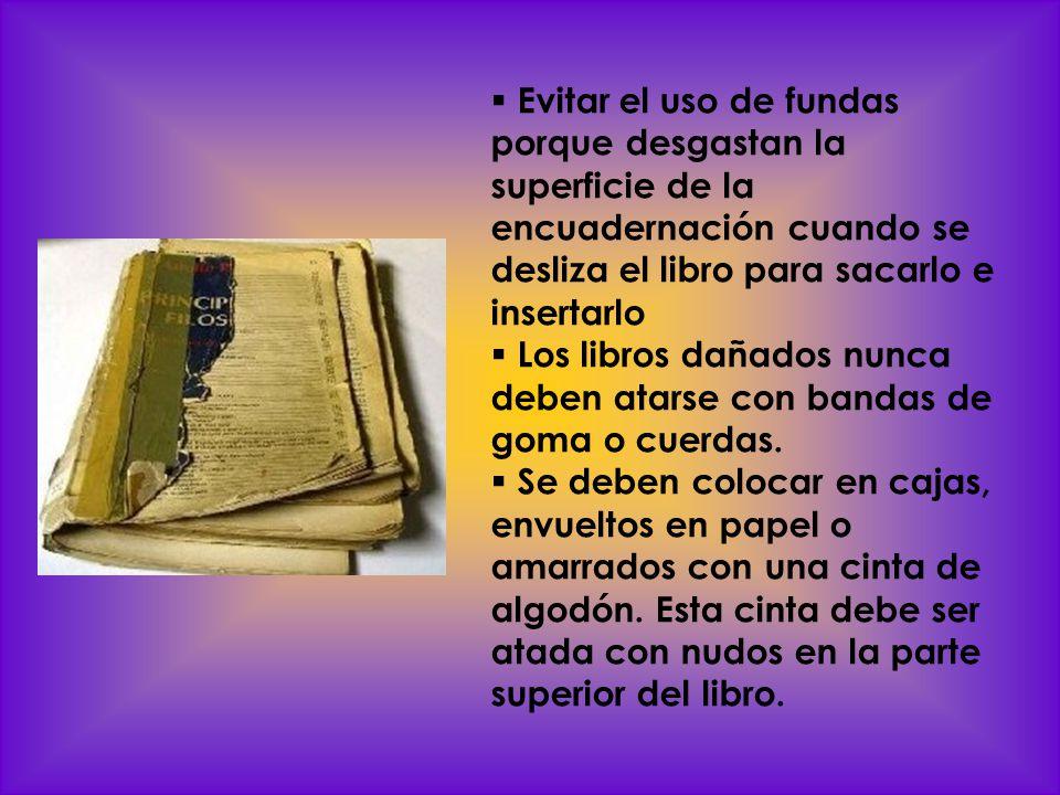 Evitar el uso de fundas porque desgastan la superficie de la encuadernación cuando se desliza el libro para sacarlo e insertarlo Los libros dañados nu
