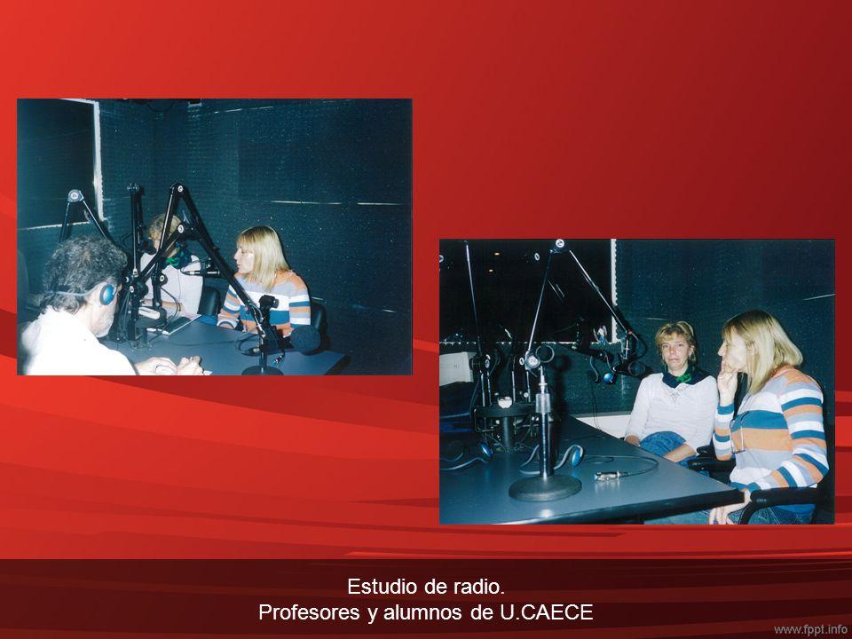 Estudio de radio. Profesores y alumnos de U.CAECE