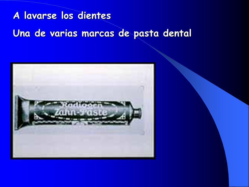 A lavarse los dientes Una de varias marcas de pasta dental