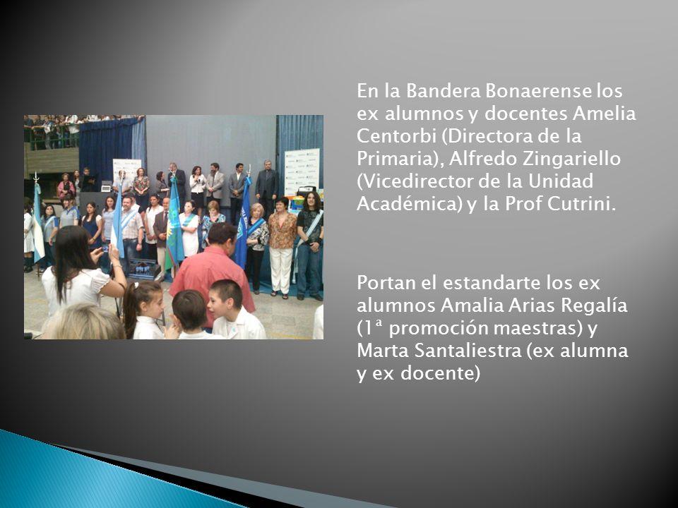 En la Bandera Bonaerense los ex alumnos y docentes Amelia Centorbi (Directora de la Primaria), Alfredo Zingariello (Vicedirector de la Unidad Académica) y la Prof Cutrini.