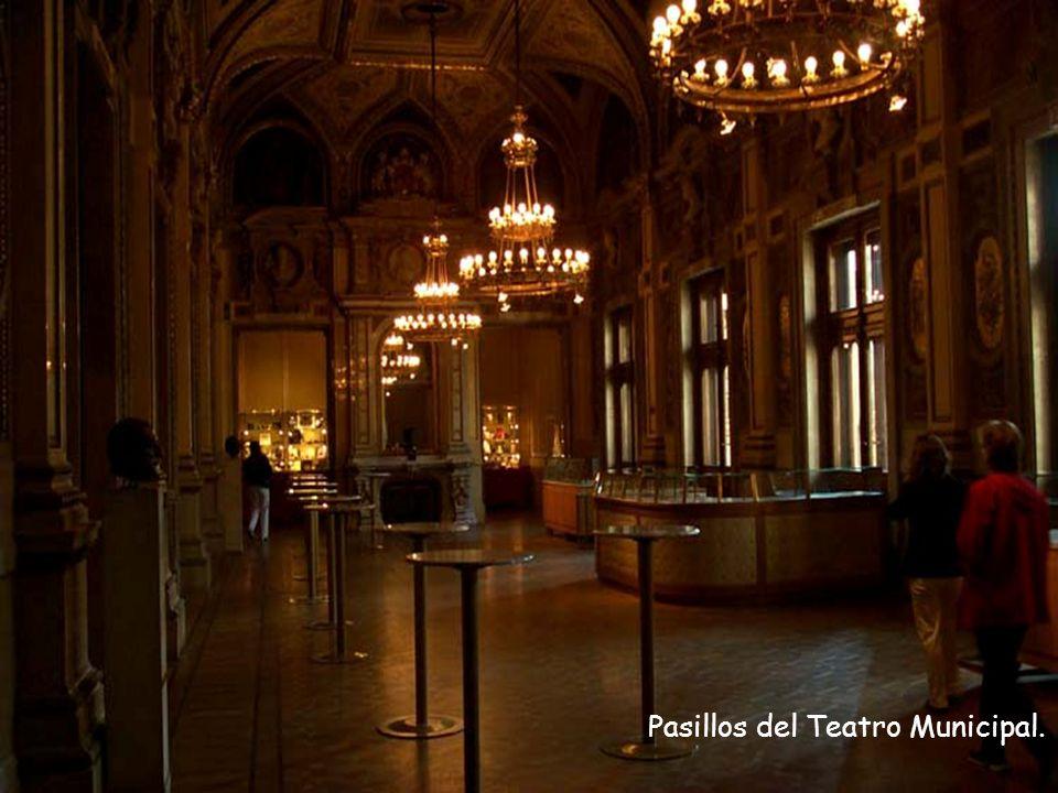 Viena, del majestuoso Teatro Municipal, uno de los mayores y más lujosos de toda Europa, patrimonio cultural de la ciudad.
