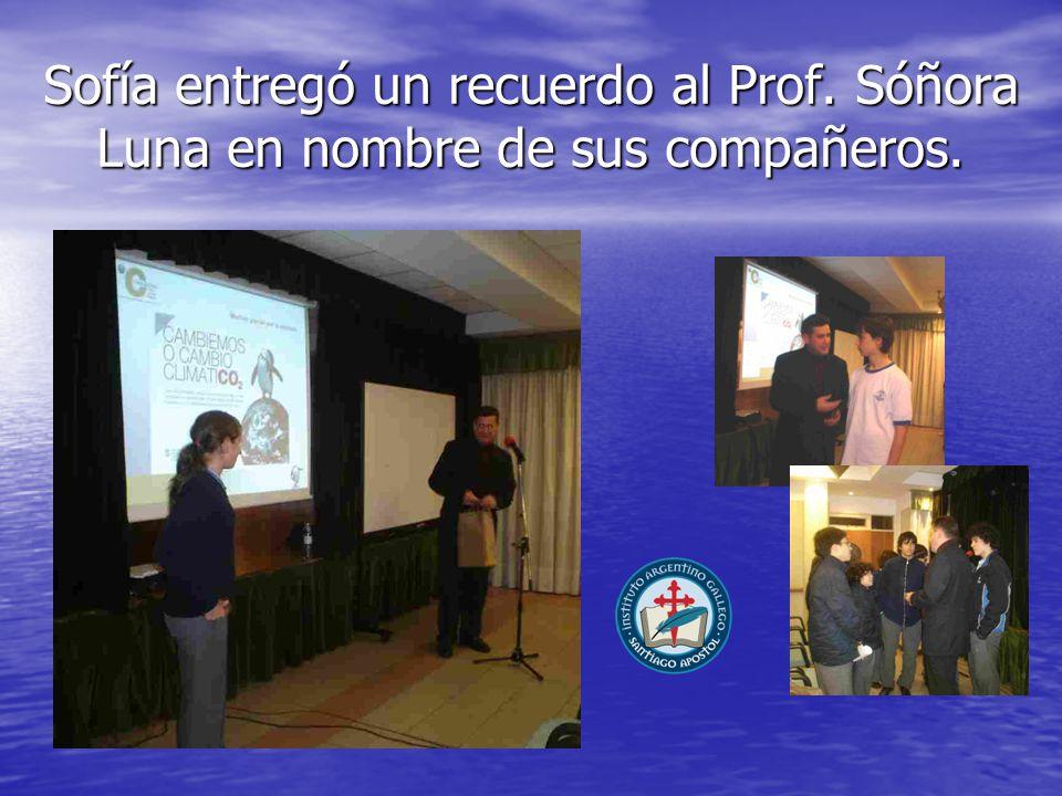 Sofía entregó un recuerdo al Prof. Sóñora Luna en nombre de sus compañeros.