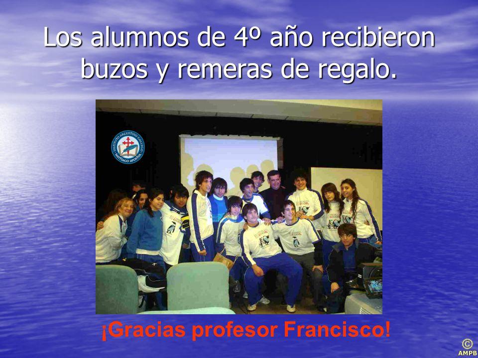 Los alumnos de 4º año recibieron buzos y remeras de regalo. ¡Gracias profesor Francisco!