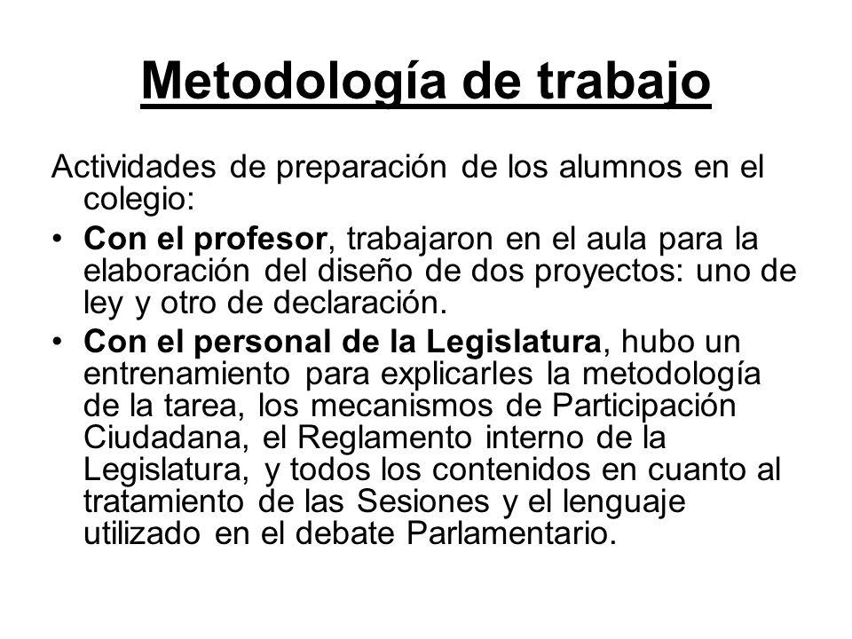 En el salón Xacobeo El Señor Roberto Goldsman de la Legislatura acompañado por el profesor, durante el entrenamiento de los alumnos en el colegio.