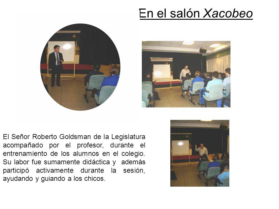 En el salón Xacobeo El Señor Roberto Goldsman de la Legislatura acompañado por el profesor, durante el entrenamiento de los alumnos en el colegio. Su