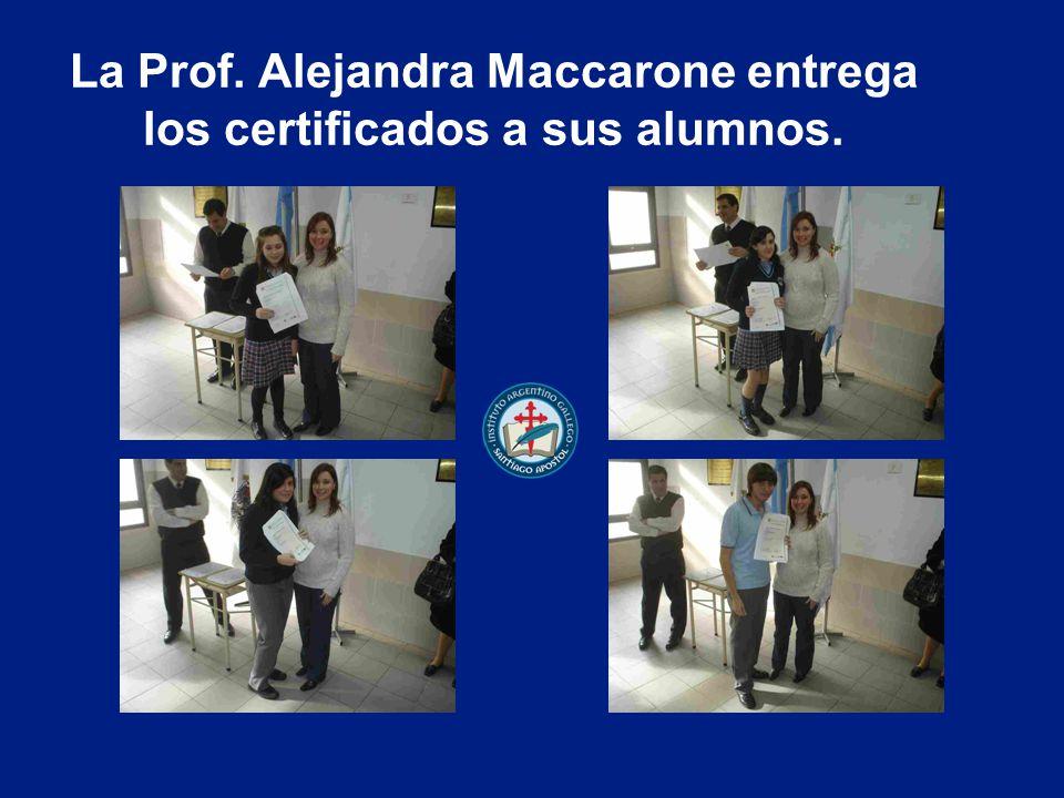 La Prof. Alejandra Maccarone entrega los certificados a sus alumnos.