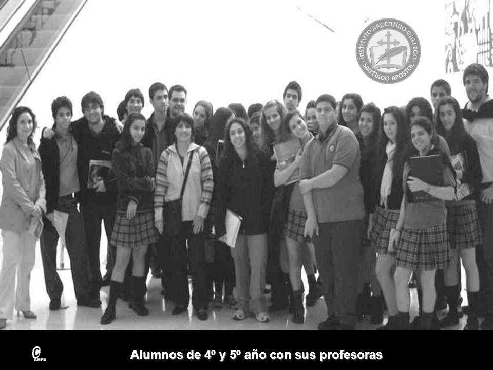 Alumnos de 4º y 5º año con sus profesoras