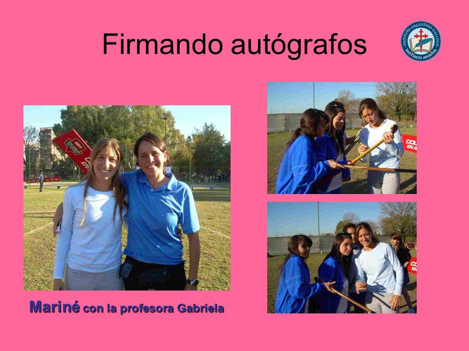 Firmando autógrafos Mariné con la profesora Gabriela