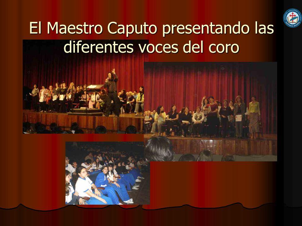 El Maestro Caputo presentando las diferentes voces del coro
