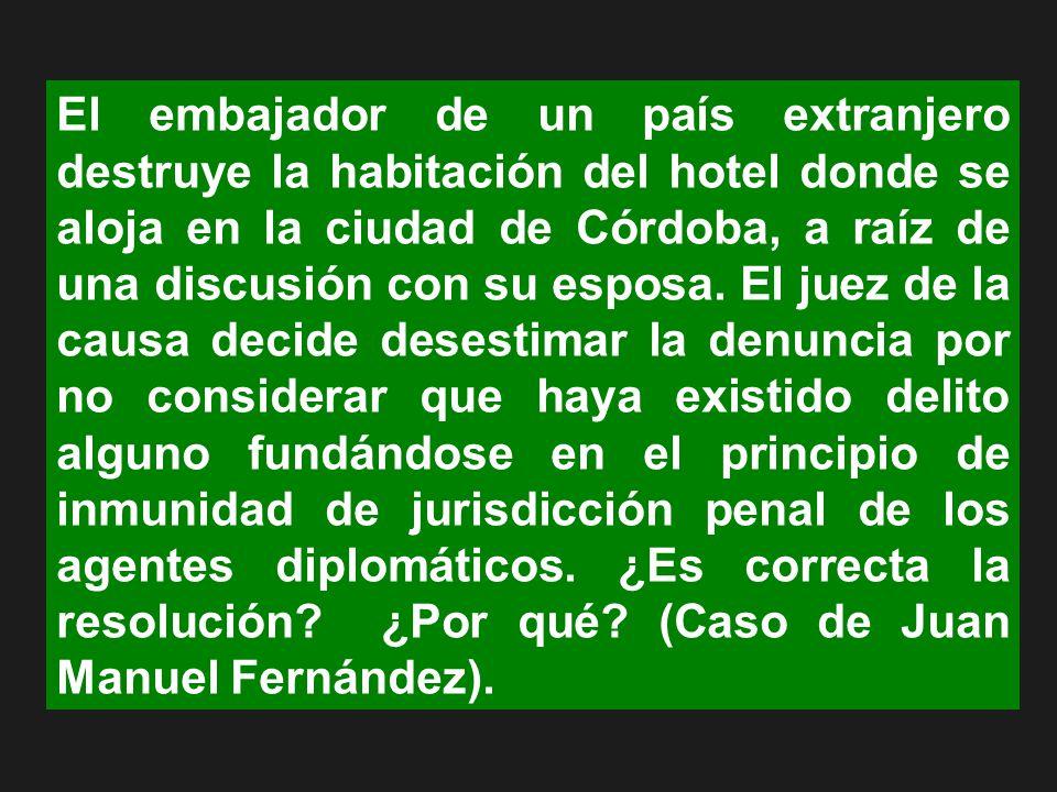 El embajador de un país extranjero destruye la habitación del hotel donde se aloja en la ciudad de Córdoba, a raíz de una discusión con su esposa. El
