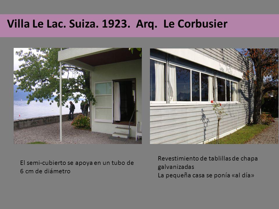 Revestimiento de tablillas de chapa galvanizadas La pequeña casa se ponía «al día» El semi-cubierto se apoya en un tubo de 6 cm de diámetro