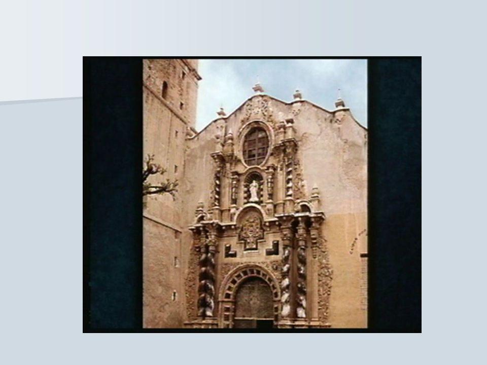 La abundancia de decoración y de adornos en las fachadas e interiores. las esculturas y las pinturas se fusionaron con la arquitectura. La abundancia
