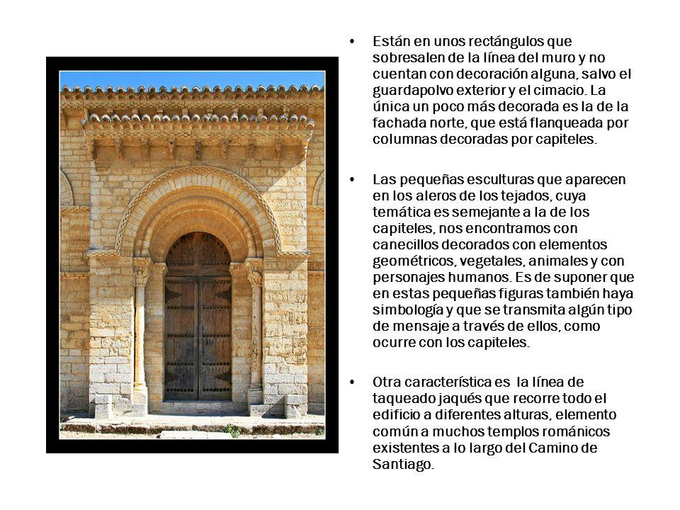 Están en unos rectángulos que sobresalen de la línea del muro y no cuentan con decoración alguna, salvo el guardapolvo exterior y el cimacio.