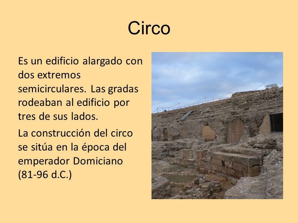 Circo Es un edificio alargado con dos extremos semicirculares. Las gradas rodeaban al edificio por tres de sus lados. La construcción del circo se sit