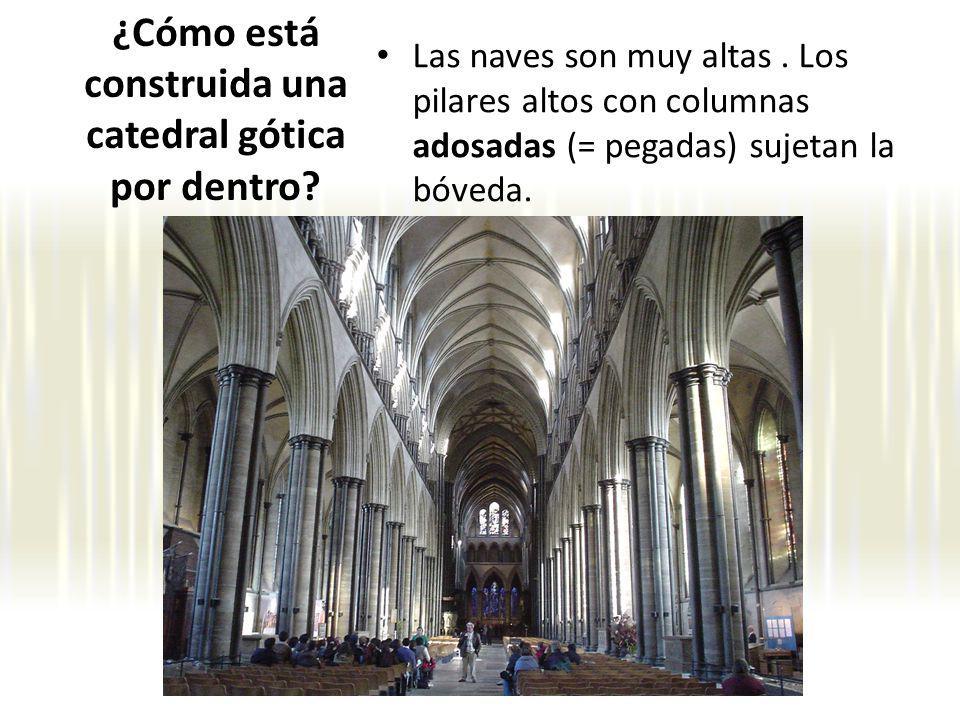 Las naves son muy altas. Los pilares altos con columnas adosadas (= pegadas) sujetan la bóveda. ¿Cómo está construida una catedral gótica por dentro?