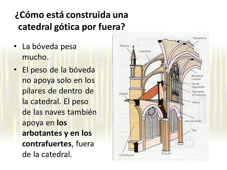 La bóveda pesa mucho. El peso de la bóveda no apoya solo en los pilares de dentro de la catedral. El peso de las naves también apoya en los arbotantes