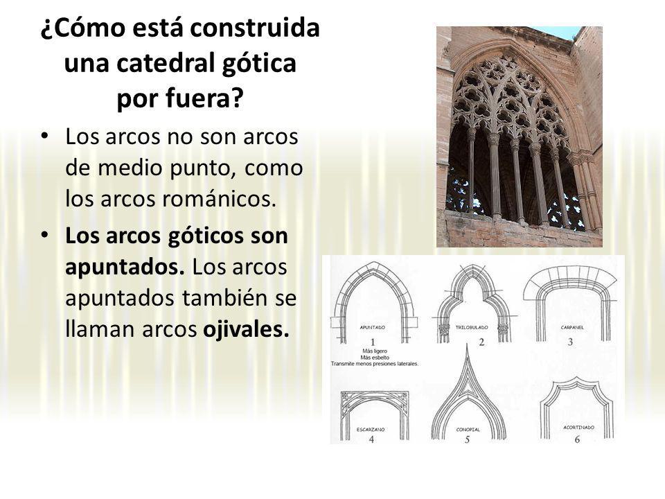 Los arcos no son arcos de medio punto, como los arcos románicos. Los arcos góticos son apuntados. Los arcos apuntados también se llaman arcos ojivales