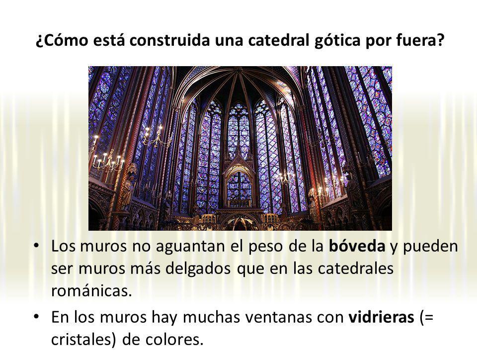 Los muros no aguantan el peso de la bóveda y pueden ser muros más delgados que en las catedrales románicas. En los muros hay muchas ventanas con vidri