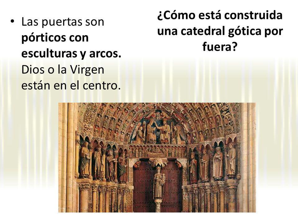 Las puertas son pórticos con esculturas y arcos.Dios o la Virgen están en el centro.