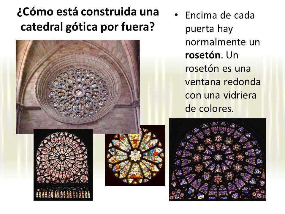 Encima de cada puerta hay normalmente un rosetón. Un rosetón es una ventana redonda con una vidriera de colores. ¿Cómo está construida una catedral gó