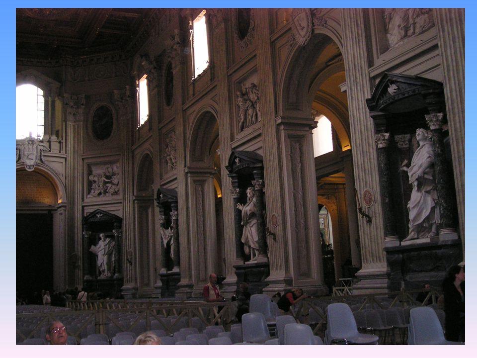 Fue la Iglesia principal y residencia de los Papas desde el emperador Constantino (s.III) hasta la construcci ó n de San Pedro.