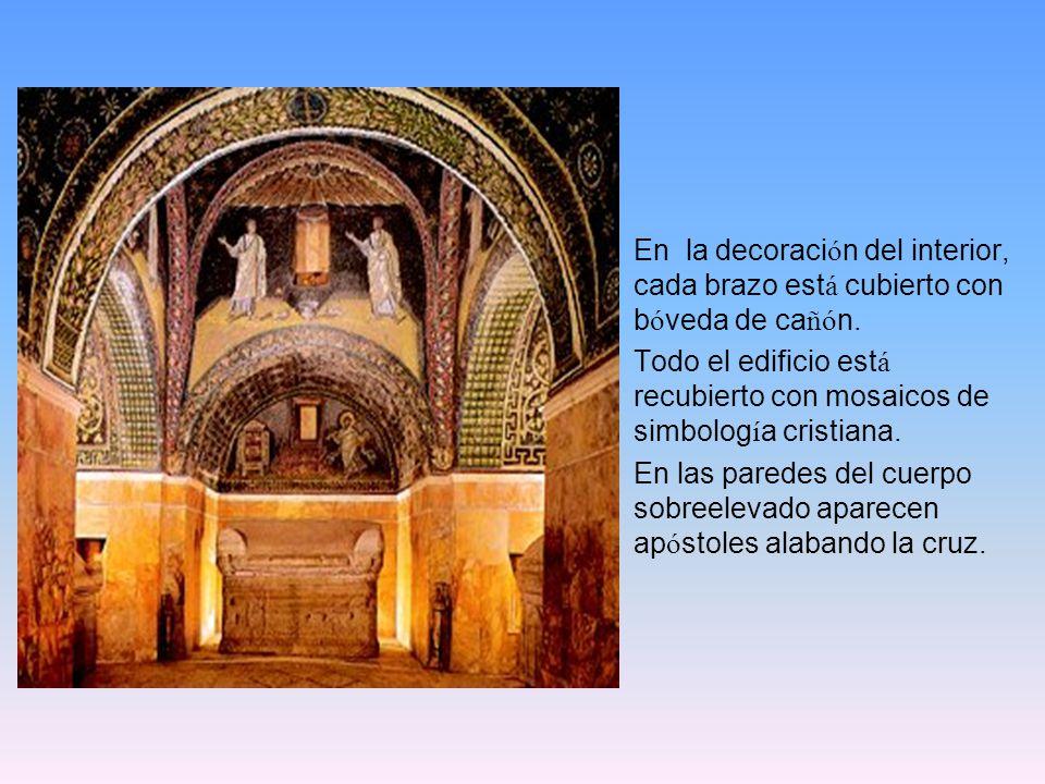 En la decoraci ó n del interior, cada brazo est á cubierto con b ó veda de ca ñó n. Todo el edificio est á recubierto con mosaicos de simbolog í a cri