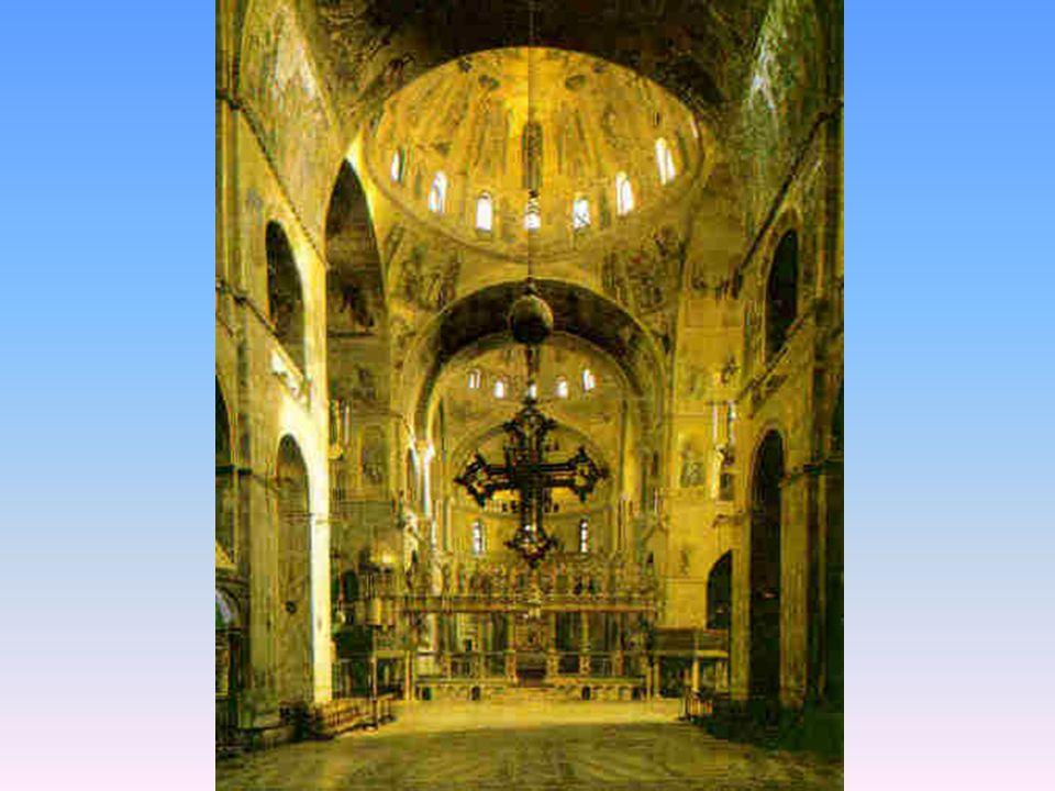 Interior de la Basílica Presenta una leve elevación sobre el nivel de la plaza.