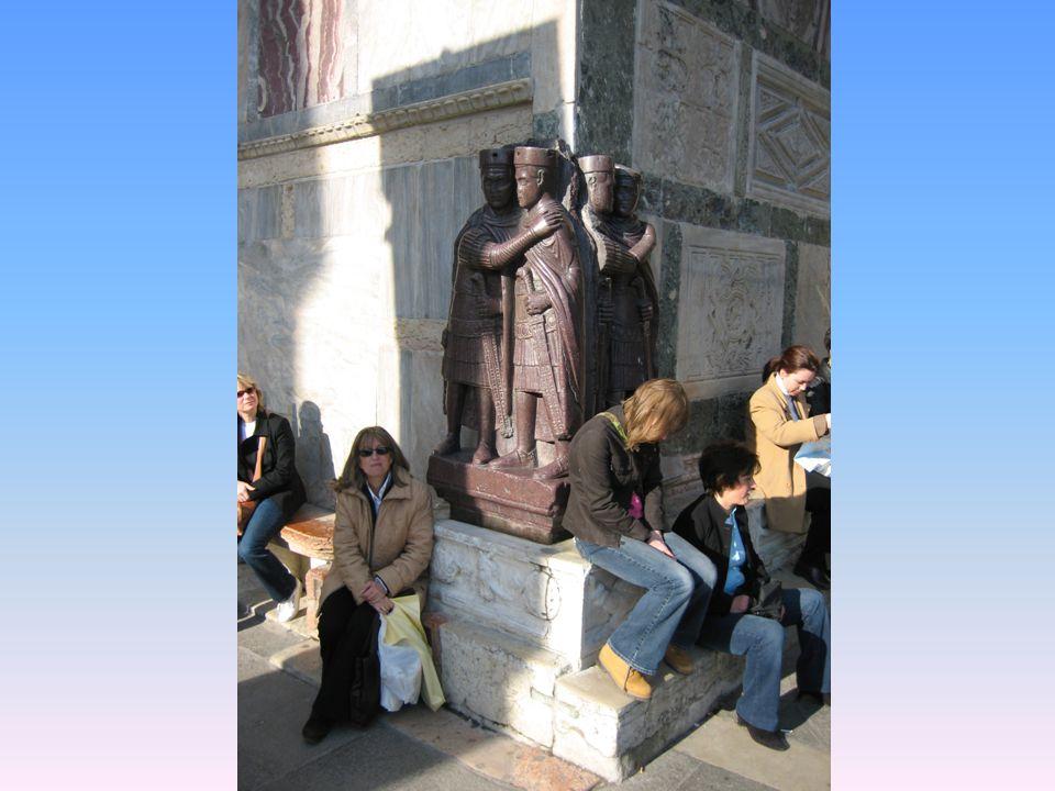 En la fachada de la Basílica a la derecha en la esquina, se encuentra el grupo en pórfido rojo llamado los Tetrarcas de San Marcos, procedentes de Siria o Egipto, siglo IV.