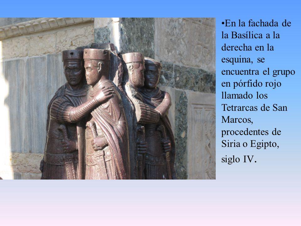 En la fachada de la Basílica a la derecha en la esquina, se encuentra el grupo en pórfido rojo llamado los Tetrarcas de San Marcos, procedentes de Sir