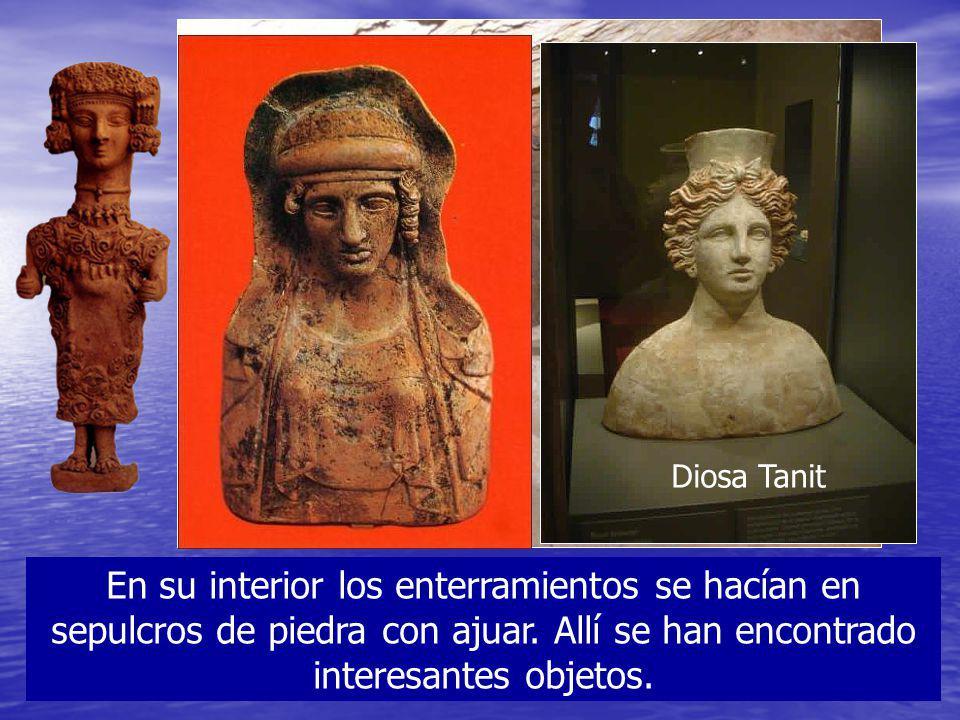 En su interior los enterramientos se hacían en sepulcros de piedra con ajuar. Allí se han encontrado interesantes objetos. Diosa Tanit