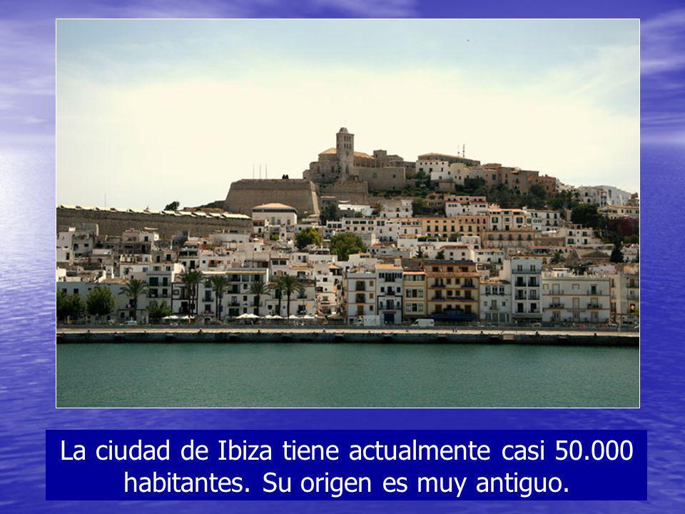 La ciudad de Ibiza tiene actualmente casi 50.000 habitantes. Su origen es muy antiguo.