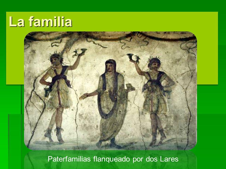 Paterfamilias flanqueado por dos Lares