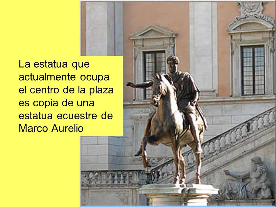 La estatua que actualmente ocupa el centro de la plaza es copia de una estatua ecuestre de Marco Aurelio