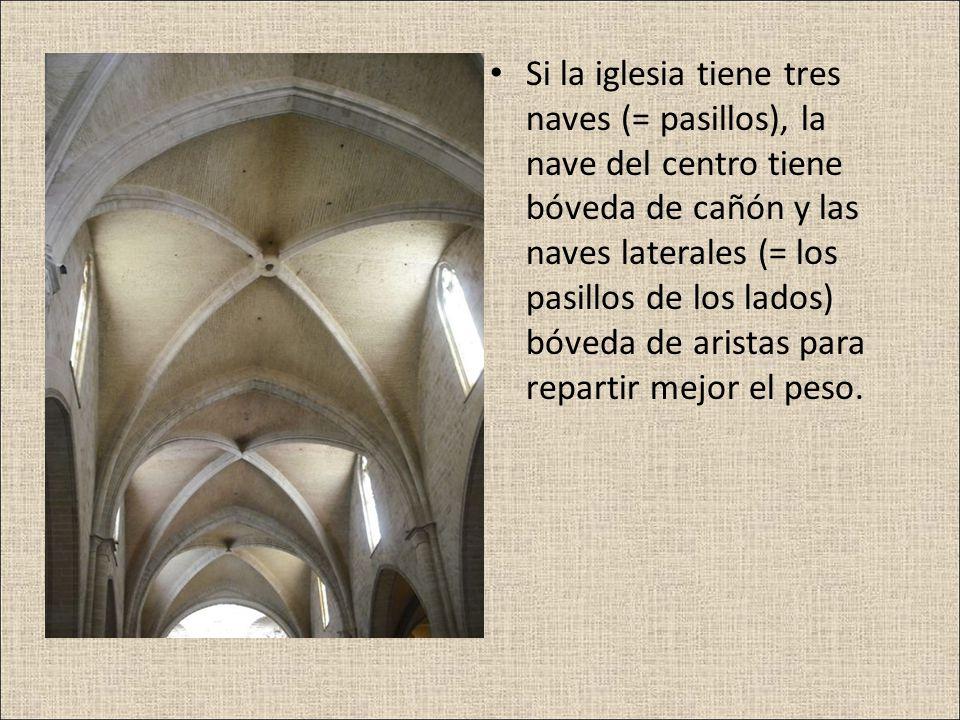 Si la iglesia tiene tres naves (= pasillos), la nave del centro tiene bóveda de cañón y las naves laterales (= los pasillos de los lados) bóveda de ar